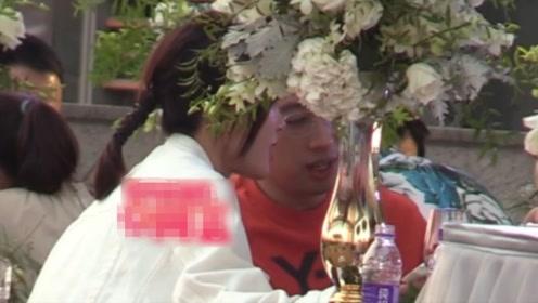 38岁秦岚参加婚礼遭催婚 与于正同桌吃饭开心热聊