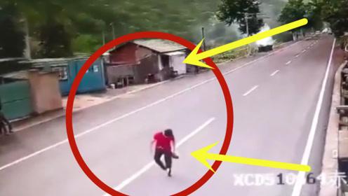 命不该绝!女子慢吞吞的过马路,下一秒发生的事情让她阵阵后怕!