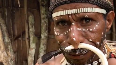 非洲原始部落勇士,正在佩戴狩猎来的野猪牙,看得头皮发麻!