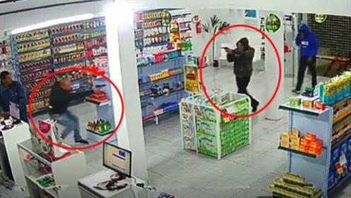 两小伙抢劫挑错了时候,谁知遇上警察,场面太精彩了