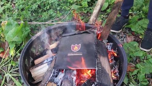 男子将防火袋放入火中,以为真的能够防火,结果忍不住怀疑人生