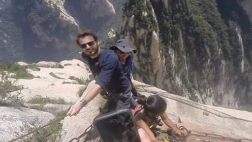 美国游客来中国,爬山看到这一现象直呼言:还说你们不会功夫!