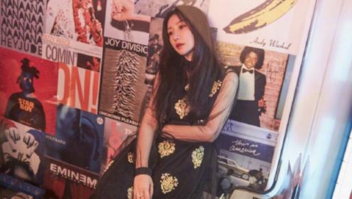 柳岩穿黑纱长裙露纤细双臂 眼神魅惑撩人大玩复古时尚风