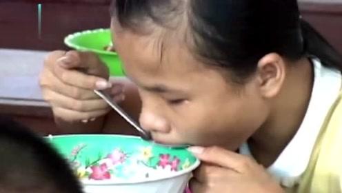 比起孤儿院健康孩子,命运最不幸的就是他们,吃饭都得靠手来摸索