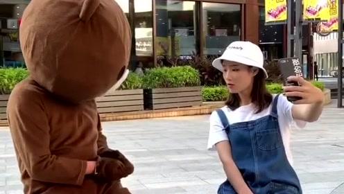 网红熊撩妹子的不同遭遇,同样是小熊,为什么差距却那么大