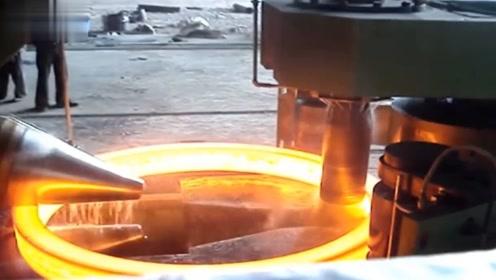 大型钢铁是怎么冶炼的?看到这冶炼的过程,还是注意安全的好