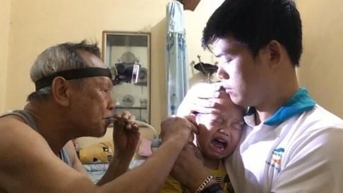 爸爸带小宝宝去清理耳朵,接下来宝宝的反应让人好心疼
