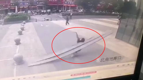 监控画面曝光!太原一商场高空坠下3米长铁架 女子瞬间被砸身亡