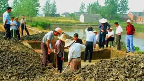 """小学生鱼塘玩耍,竟意外发现大量""""黄金"""",村民打捞出无价之宝!"""