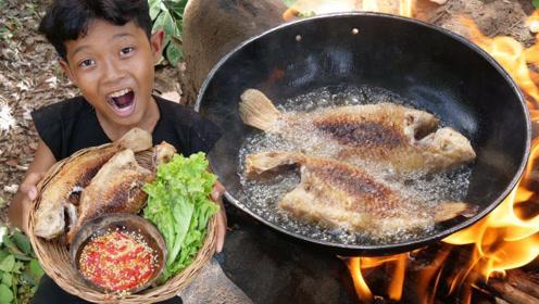 荒野美食:小伙子户外制作烤鱼,吃的手舞足蹈