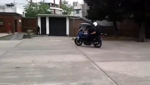 男子骑摩托车耍帅,本以为是高手,看到最后我忍不住笑了!