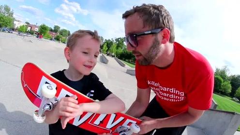 爸爸和叔叔带领儿子去玩滑板车,儿子的技能稍显稚嫩