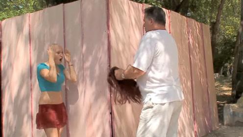 美女头发被卡在墙缝里,没想到误将她的假发拽下来,路人反应暖心