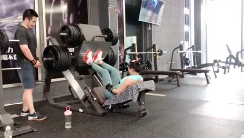 健身小姐姐要倒蹬300公斤,网友:吓唬膝关节吗?