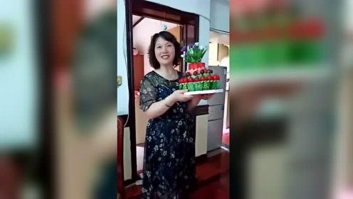 老妈自制水果生日蛋糕,看着就很诱人!