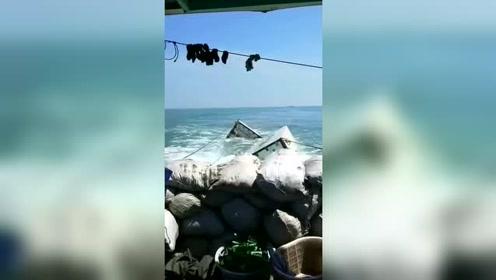 出海打鱼,鱼没抓到,捡了俩集装箱
