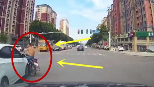 光膀大哥试探性闯红灯,不料司机一脚油门过去,瞬间悲剧了!