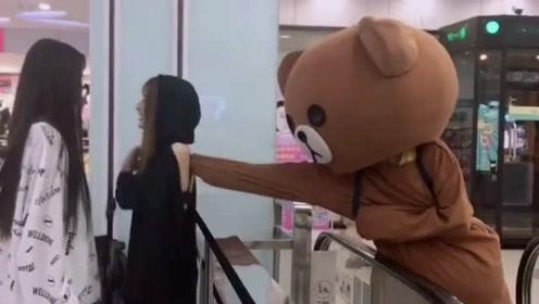 网红熊真的是作死,上班时候去捉弄小姐姐,这下被人打脸了吧