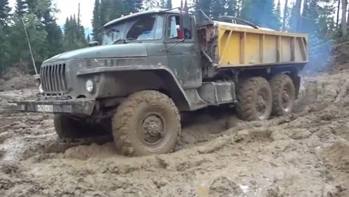 什么原理?卡车在这种场地,居然不会陷车,轮胎改装过吗?