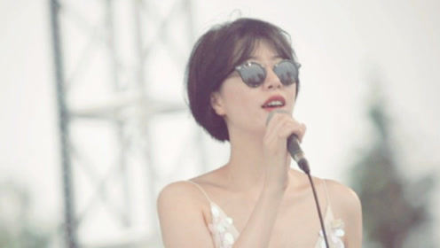 李亚鹏女友晒音乐节近照 ,穿亮片吊带裙站舞台上自信开唱