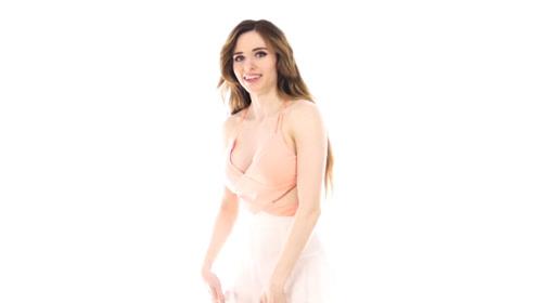 美女时装秀:颜值美女白色短裙搭配背心,在人群中耀眼夺目
