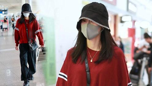 张碧晨穿红上衣配黑裤个性时髦,素颜搭机皮肤水嫩白皙