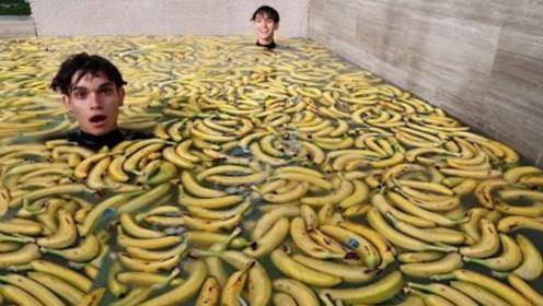 小伙挑战用香蕉泡澡?跳入水中那一瞬间,画面太酸爽了!