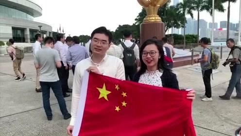 庆祝中华人民共和国成立70周年!近百名香港青年举国旗唱国歌