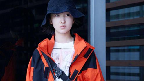 周冬雨尼龙运动外套搭配小号印花包,一身轻松率性穿搭现身机场
