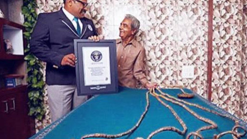 老人留了66年指甲,打破世界纪录后剪掉,瞬间众人傻眼了!