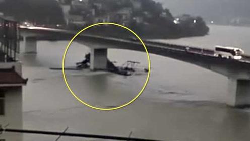 陕西一挖沙船失控撞桥墩,船身瞬间断成两截