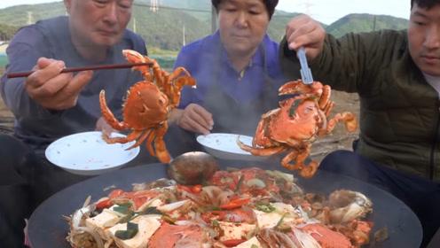农村一家三口其乐融融吃饭,螃蟹炖豆腐,色香味俱全,向往的生活