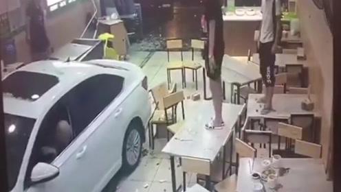 男子驾车两次猛撞炖品店 数人被撞飞碎片遍地