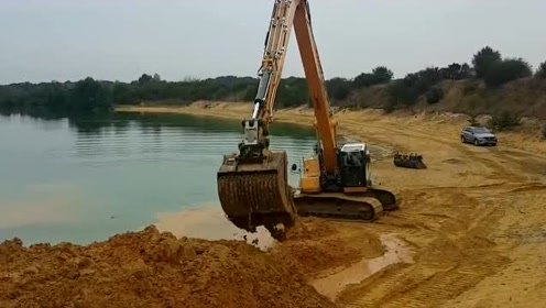 机械臂要多长才够?河边挖沙子的挖掘机,真是太牛了