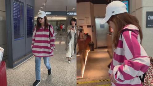 """机场遭粉丝狂拍,赵薇拿手机反拍""""我也拍拍你"""",粉丝忙拒绝逃走"""