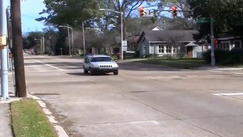 闯了红灯不要退,老司机教你一招,这样做基本不会被扣分罚款