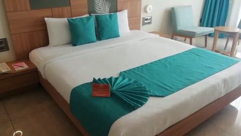 酒店里铺在床上的那块布有什么作用?看完才明白还有这种操作