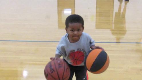 惊呆了!3岁小男孩展示超强球技,双手同时运球,看完自愧不如