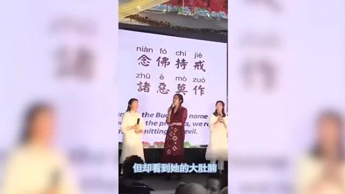 52岁王祖贤罕见现身,一袭红裙挡不住身材发福,美人终究要迟暮