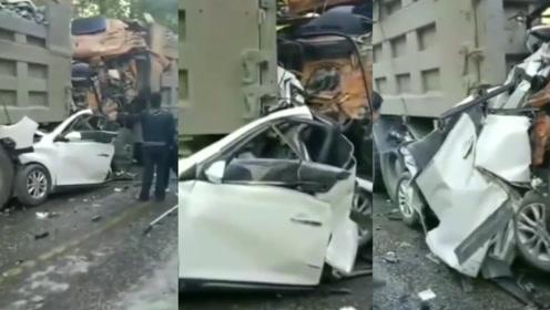 惨!山西一小车被两辆大货车前后夹击,车身被挤碎2人当场死亡