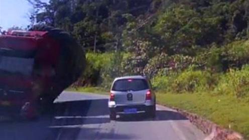 监控:货车甩尾侧翻砸中2辆轿车3人受伤