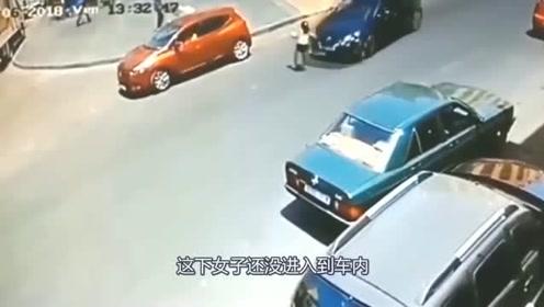 女子横穿马路惨遭撞飞,回看监控,才知道罪魁祸首是谁