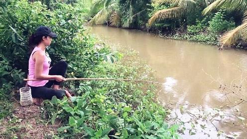 浑浊的废弃水池,表姐在此抛竿野钓,没想到转眼就钓上大货,真爽