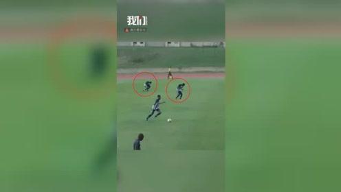 惊险!大学生球赛出事故 两球员被闪电击中跪地