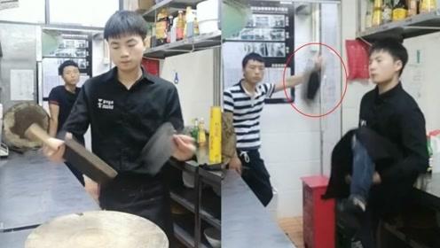00后小伙厨房习得神功 双手转菜刀如双截棍还能准确飞剁进砧板