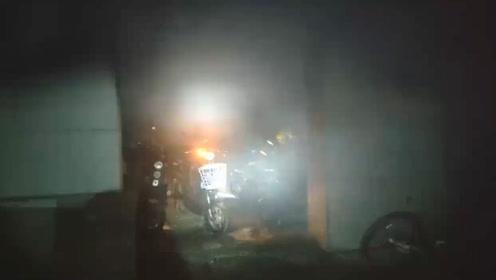 杭州一小区凌晨电瓶车库起火 多辆电车被烧毁