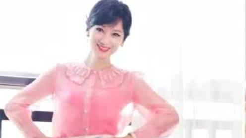 赵雅芝穿粉色娃娃领衬衫扮小兔子,65岁了还穿少女装扮嫩合适吗