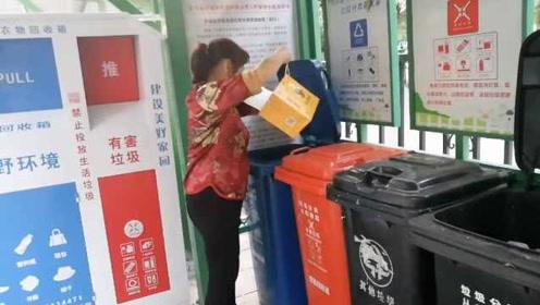 长沙社区垃圾分类点配备顺口溜小广播:能卖钱的蓝桶桶……