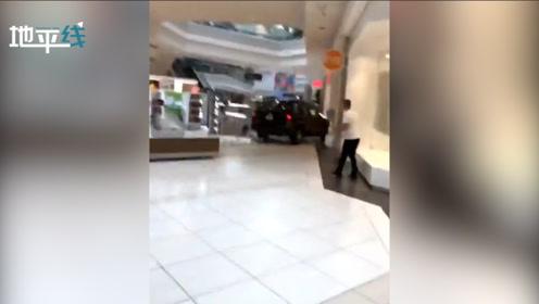 美国一SUV冲入商城 一通乱撞玻璃碎片满地 司机遭警方逮捕