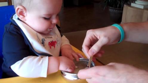 小宝宝第一次吃米糊糊,尝到味立马开抢了,这娃简直太好养活了